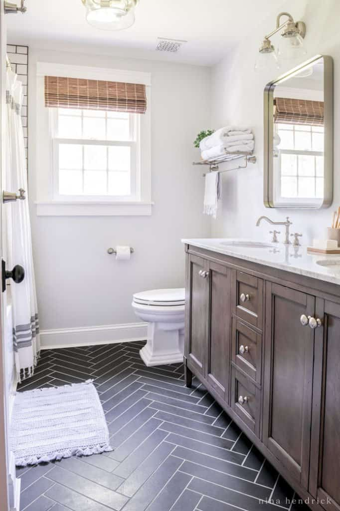 Small bathroom makeover with Classic meets Modern details