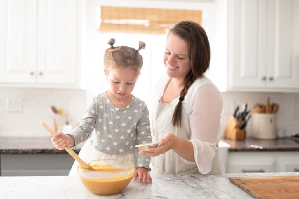 woman and little girl baking pumpkin pie
